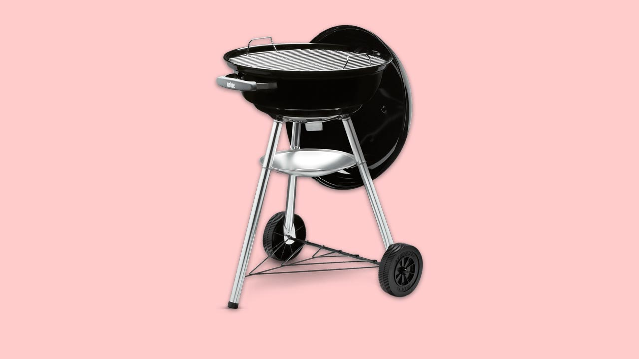 budget home charcoal bbq kettle design perfect for uk gardens. on wheels with lid air vents, ash tray and 47cm diameter grill